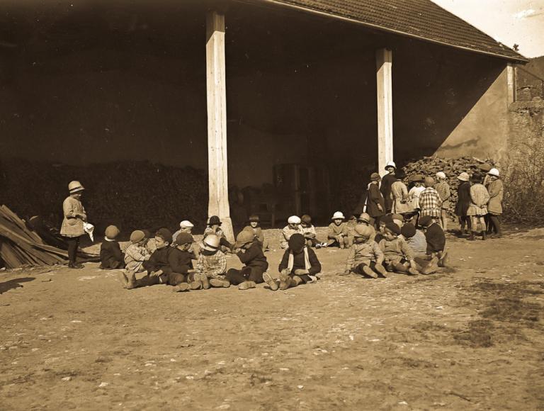 Enfants dans la cour de l'école de la Chapelle en Vercors