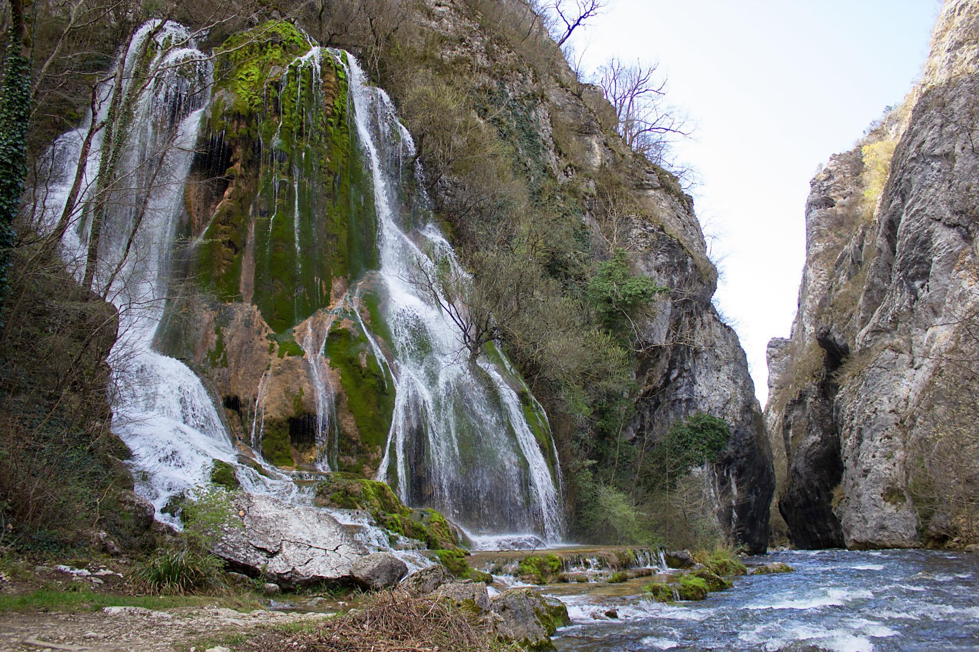 25 ET C'est un  coin de verdure où coule une cascade (cascade verte à Echevis)