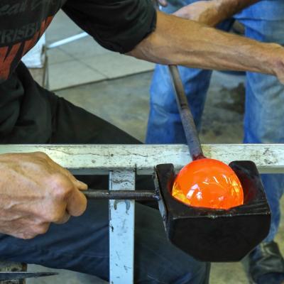 travail du verre souflé à l'aide de la mailloche