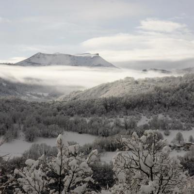 107 J Rob roc de Toulau et hameau de Foges vus depuis le chemin de Musan (vers Oriol)