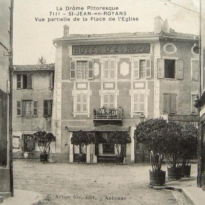 Saint Jean en Royans Vue partielle de la place de l'église